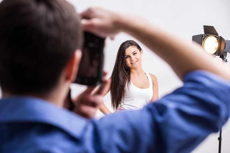Fotógrafo profesional es sesión de fotos con modelo
